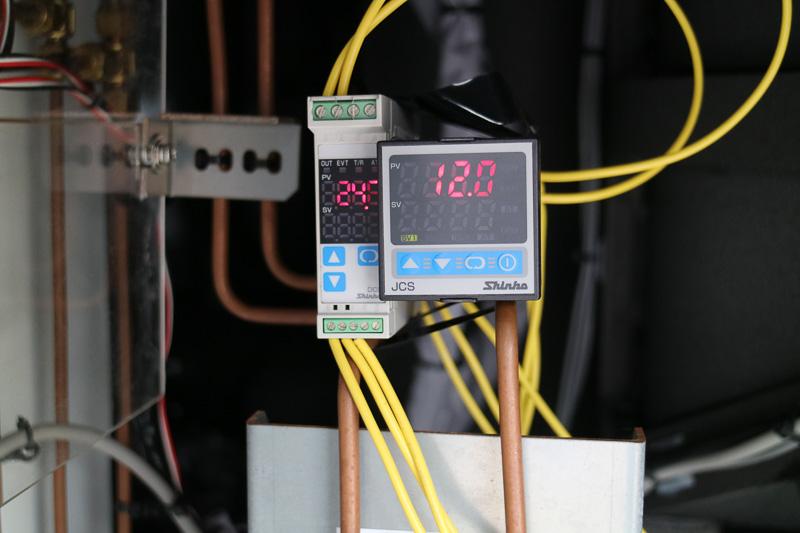 「航空機用冷暖房車」側で温度をモニターして、送り出す空気の温度を調整する