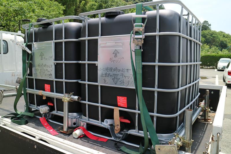 運んできた水をボイラーに送るためにまずはホースを接続する