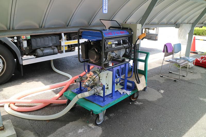 ホースから自重で落ちた水は送水ポンプを経由して除雪作業車に送られる