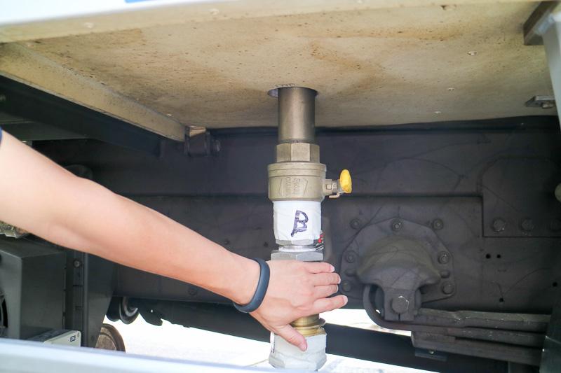 温められたお湯は除雪作業車の下部にある写真「B」から送り出される