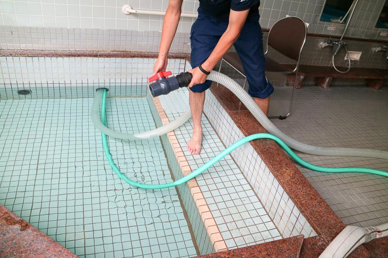 そして浴槽と、かけ湯用の貯水槽にお湯が貯められていく