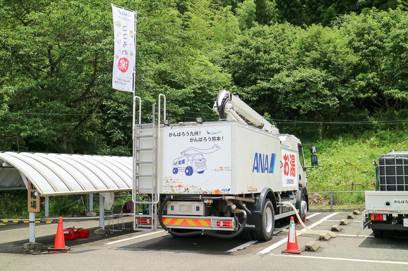 普段は空港で活躍する除雪作業車のボイラー機能を使いお湯を供給する