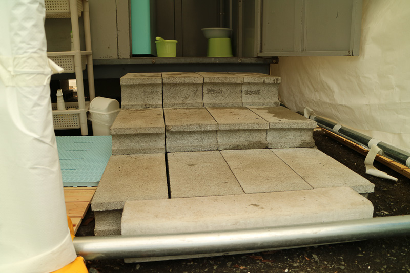 一般家庭用のユニットバスを使った仮設風呂のため、ゆるやかな階段を設けて昇りやすいように配慮している