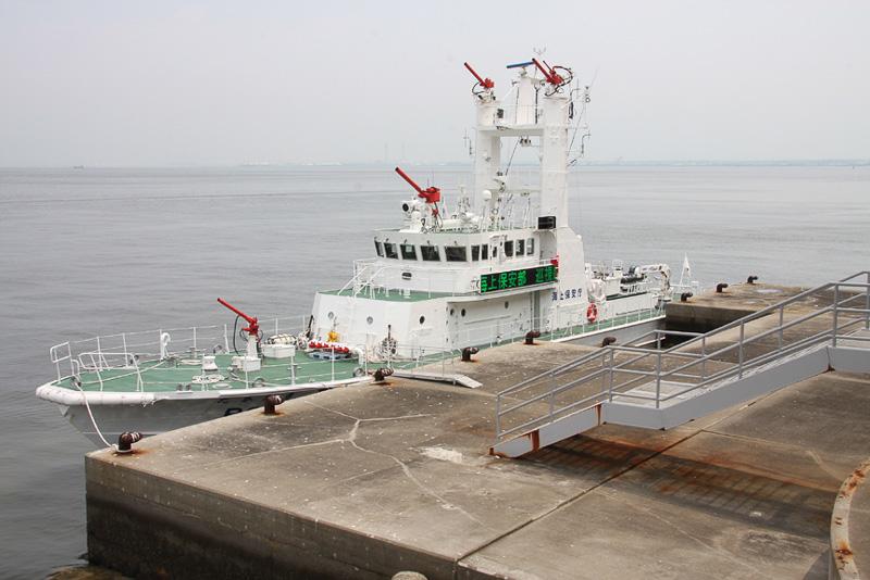 放水銃4基を装備する海上保安庁の大型巡視艇「たかたき」の船内見学も行なわれる