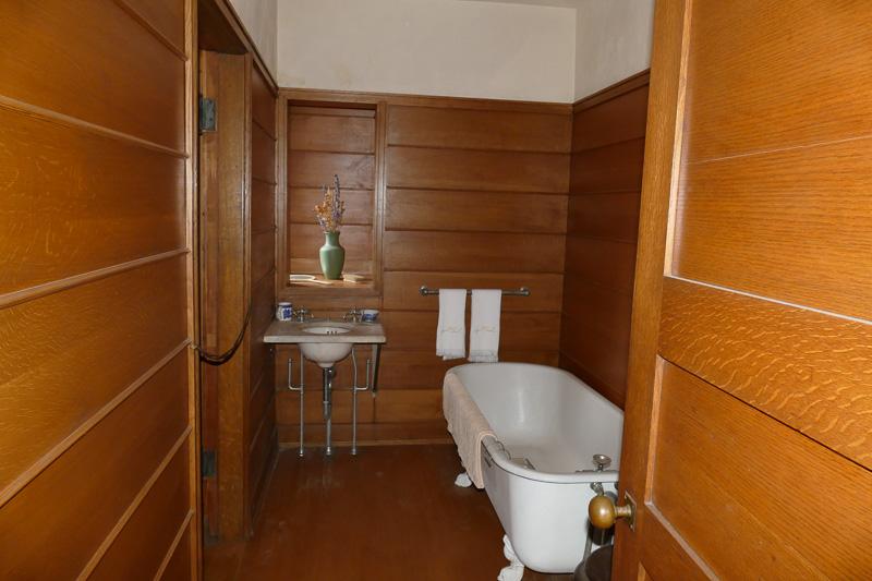 木材を使った温かみのあるバスルーム