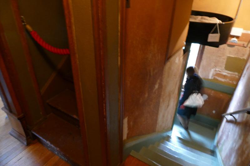 ところが実は階段にせりだしているピアノ