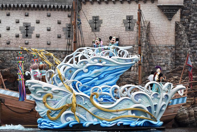 ミッキーマウス、ミニーマウスが船から、ハーバーのゲストに向かってご挨拶。船は15周年のロゴとクリスタル、そして七夕のデコレーションがされたスペシャル仕様