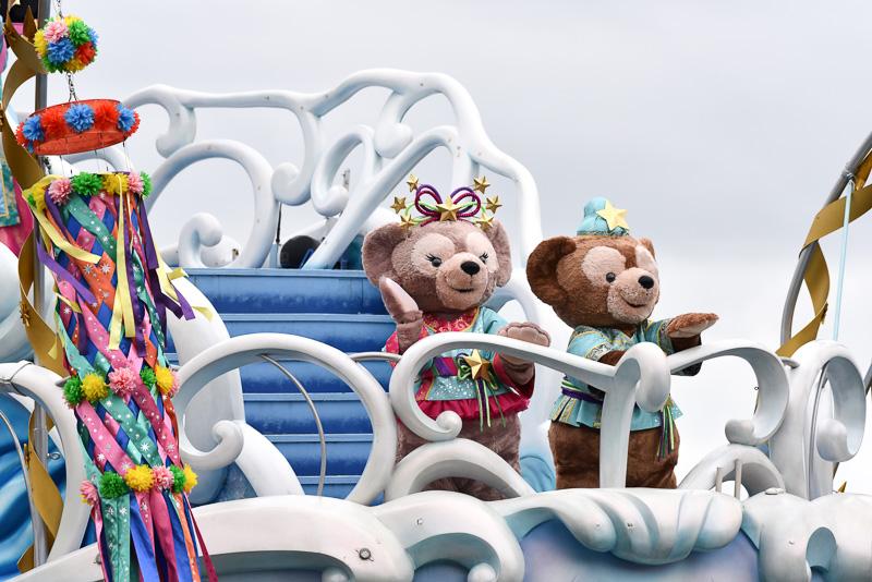 ダッフィーとシェリーメイは後方でご挨拶。ミッキーマウスたちと同じように、星のあしらわれたスペシャルなコスチューム姿