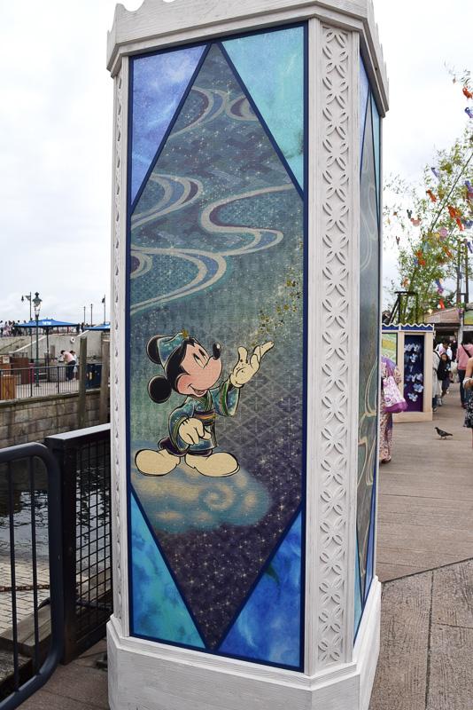 ウィッシングプレイスに入ると反物に描かれたようなイラストのミッキーマウスやミニーマウスたちがゲストを迎えてくれる。中央にはロゴも