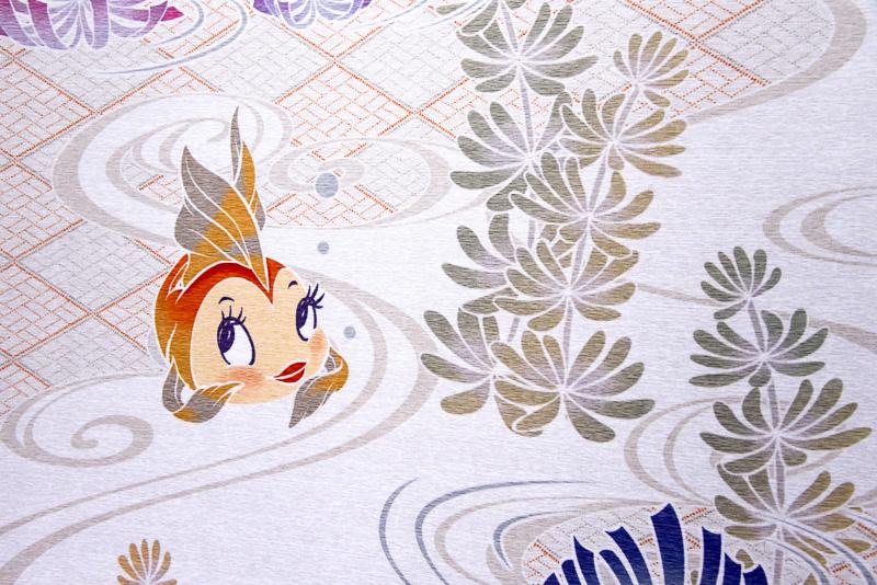 アメリカンウォータフロントに「ディズニー七夕デイズ」のバナーが掲げられていた。こちらも浴衣用の反物をイメージしたような仕上がりで落ち着いた雰囲気。ディズニーのキャラクターたちが描かれており映画「ピノキオ」のクレオや、「不思議の国のアリス」の花々たちの姿も