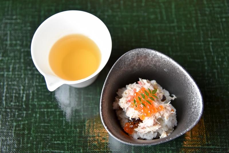 ずわい蟹のまぶしご飯は、旨出汁をゆっくりかけて食べるスタイル。体にじんわり染みる味わいに感動。きゃらわさびの隠し味も◎