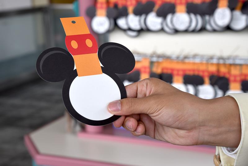ウィッシングカードはディズニーリゾートラインオリジナルのつり革シェイプ。遊び心満載のカードとなっている