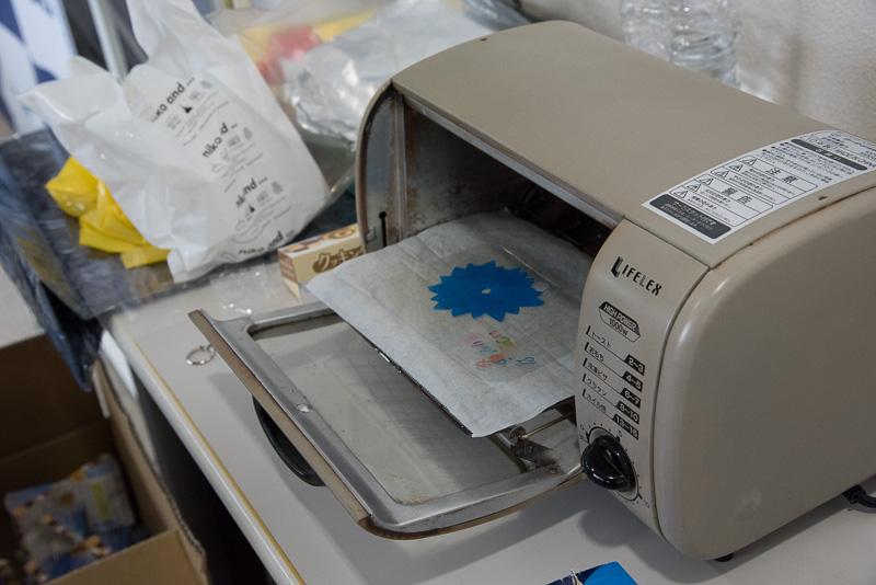 絵を描いたプラバンをオーブントースター設置。10~20秒ほどでできあがり