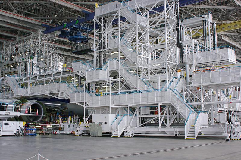 少し分かりにくいが、会場の格納庫には整備中のボーイング 767型機が両側に置かれていた