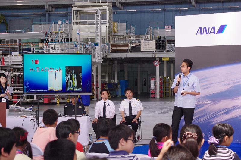 生徒たちが参加者に向けて宇宙に関するクイズを出題した