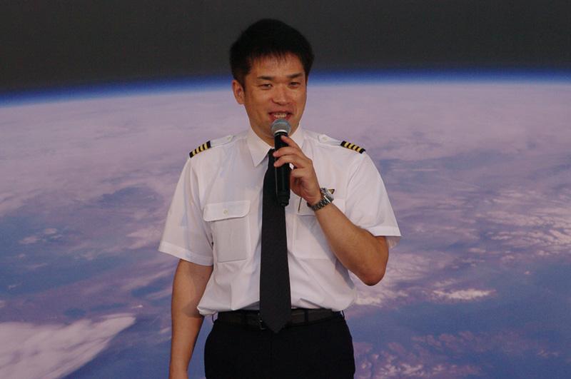 航空教室で飛行機と空について解説するANAの橋本章機長