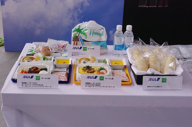 ANAサイドではホノルル線の機内食とパンを展示