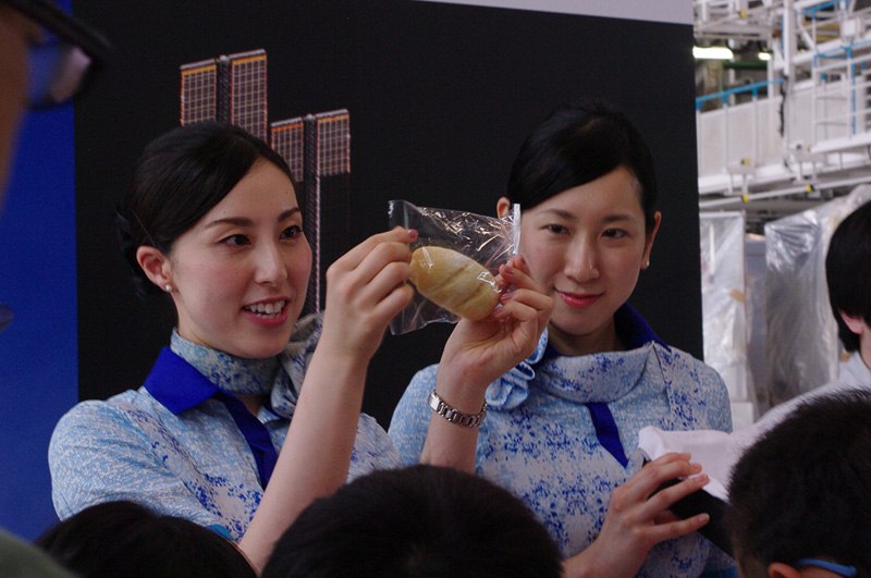 パンの袋の穴と気圧の関係について客室乗務員が説明