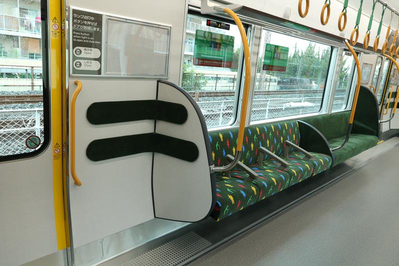 8号車の車内。ドア横のスペースは腰当てを設置して立ちやすくするとともに、ロングシートがほかの号車よりも短い