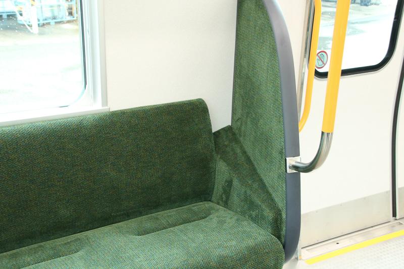 ドア横の席に大型袖仕切りを斜め配置し、肘のスペースを確保、ドア横に立つ人の収まりもよくなった
