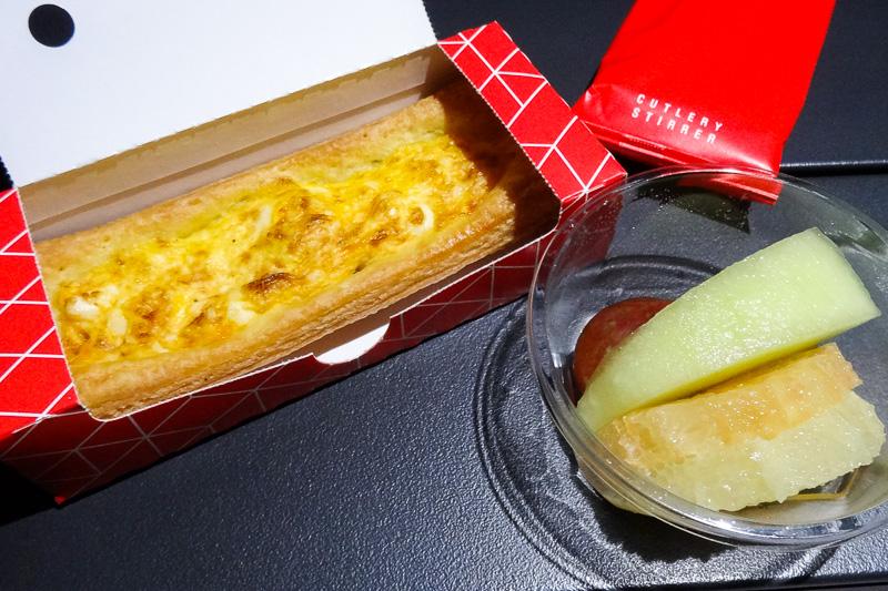 ブリスベンへ到着前に配られた朝食。卵とベーコンのペイストリー、そしてフルーツ