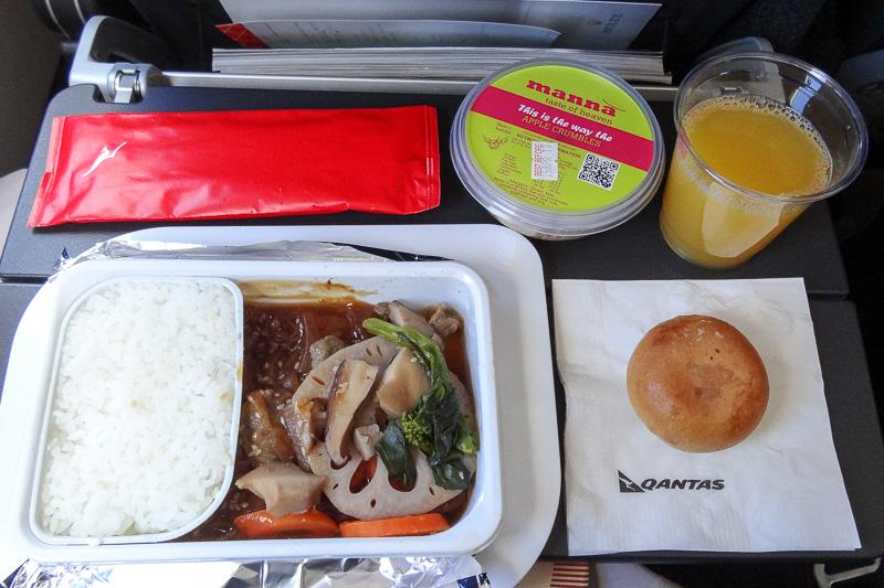 こちらは帰路のブリスベン発便での機内食。まず昼食として離陸後にサービスされる