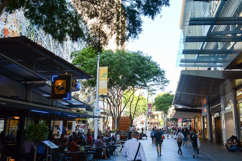 クイーンストリートモールはダウンタウンのショッピングストリート。近代的なおしゃれさと古くから残る建築物とか相まって、独特の落ち着いた空気