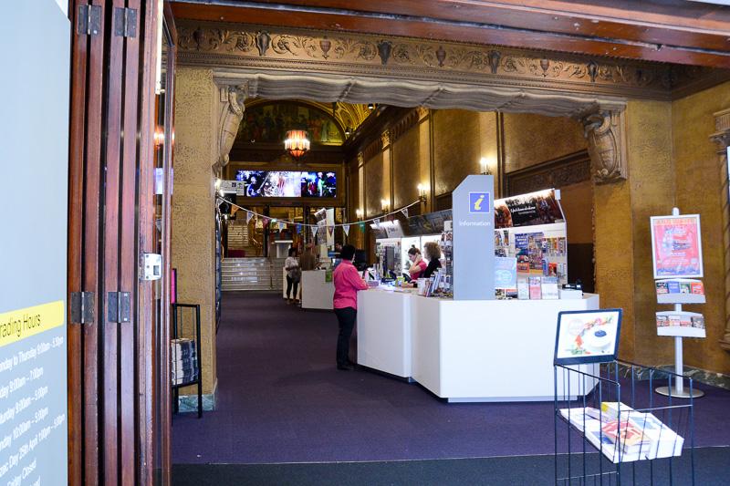 クイーンストリームモールにあるツーリズムインフォメーションセンター。カウンターの奥にある「Regent Theater」は必見