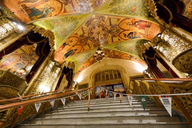 大理石などでできた柱や階段、天井の絵画など中世ヨーロッパを思わせる美しさ