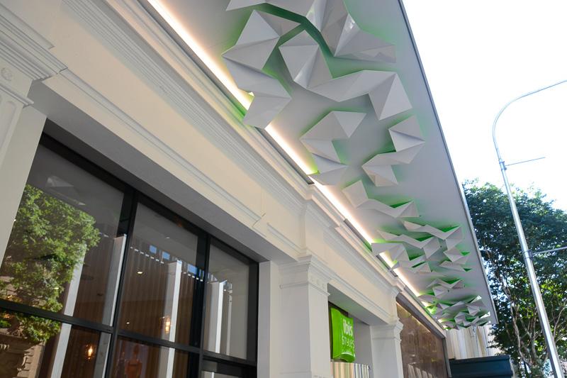 ibis Styles Brisbane Elizabeth Streetの入り口。天井の屋根のデザインも目に留まる