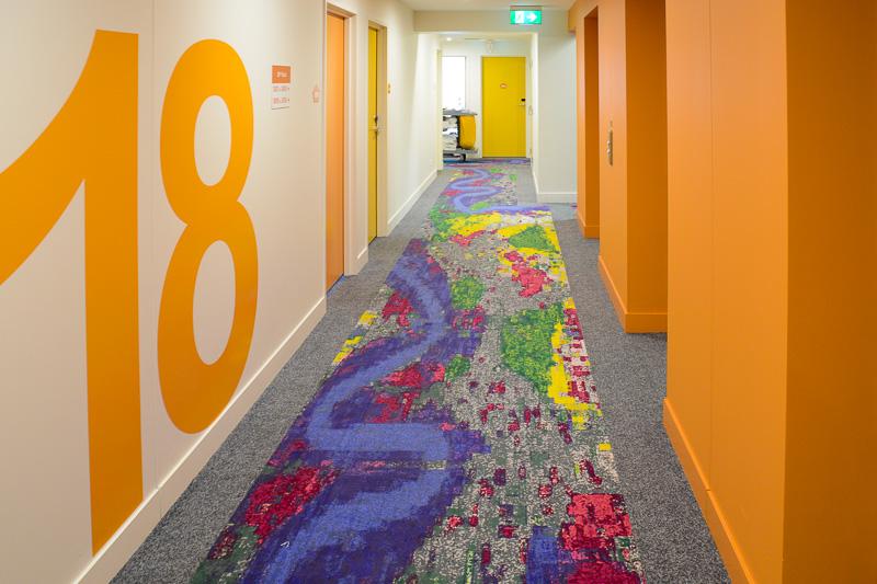 各フロアごとに異なるカラーを使っている。床のカーペットは川が流れるブリスベンの街をイメージしたデザイン