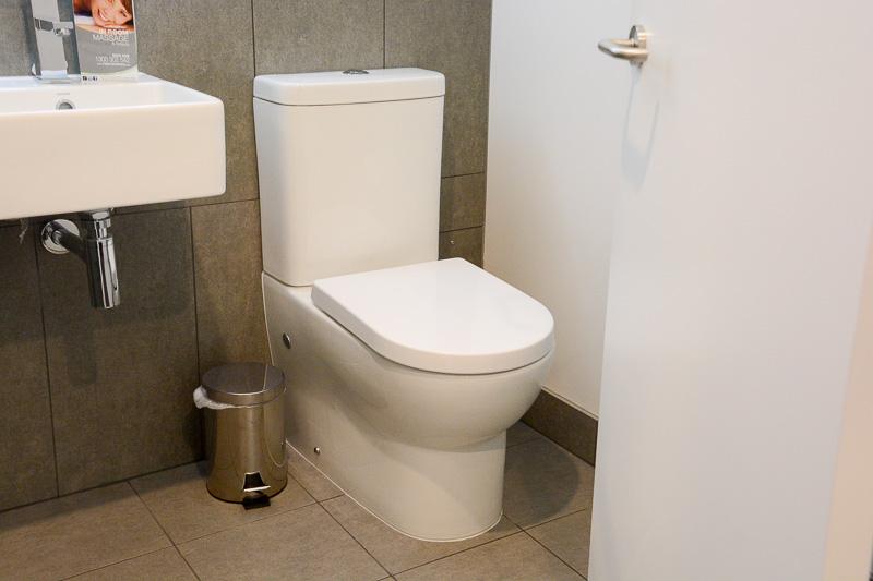 トイレはデザイン、機能ともに標準的