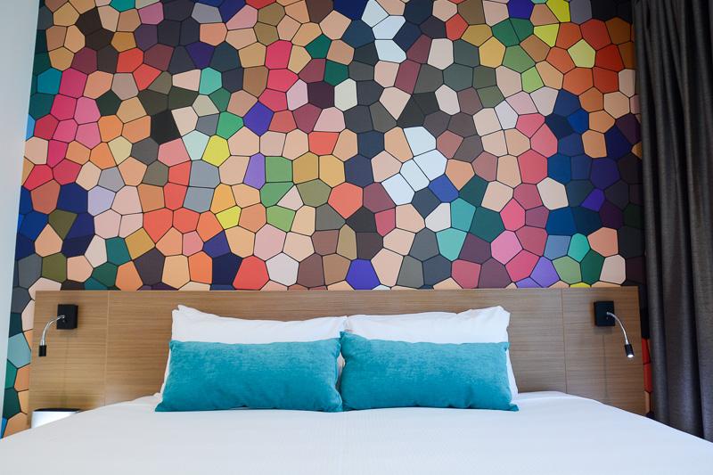 スタンダードルームは59室。この部屋の壁はモザイクアートのようなデザイン