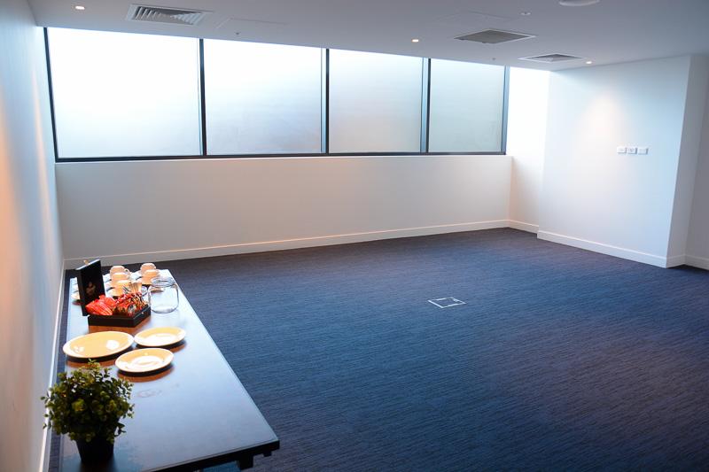 会議室入り口には待合所として使えるスペースも