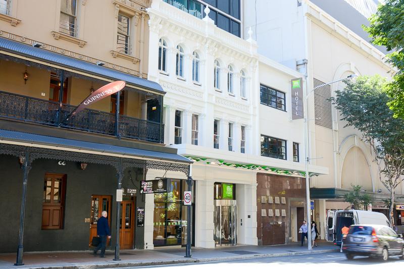 Elizabeth Streetに建つibis Styles Brisbane Elizabeth Street。周辺でも一際高いガラス張りの建物で目立っている