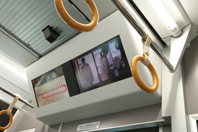先頭車の運転台後ろにある案内画面。天井に防犯カメラを設置