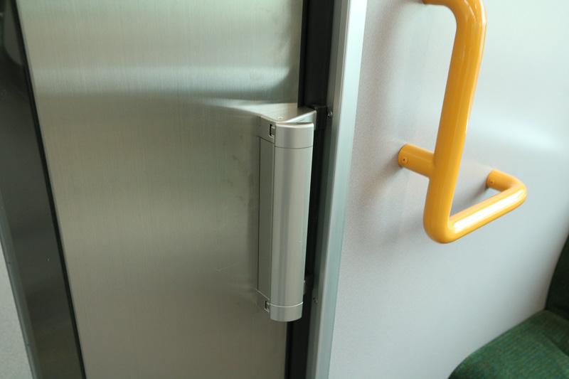 アシストレバー付きの貫通扉