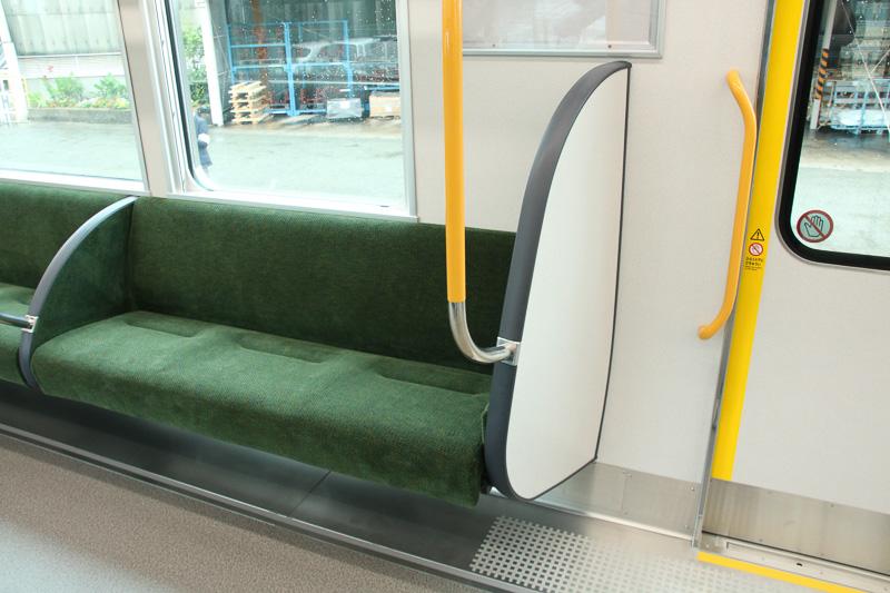 ドア横に立つ人の立ち席スペースが狭くなったようにも感じるが、斜めになっていることで、寄りかかった場合のフィット感が向上している
