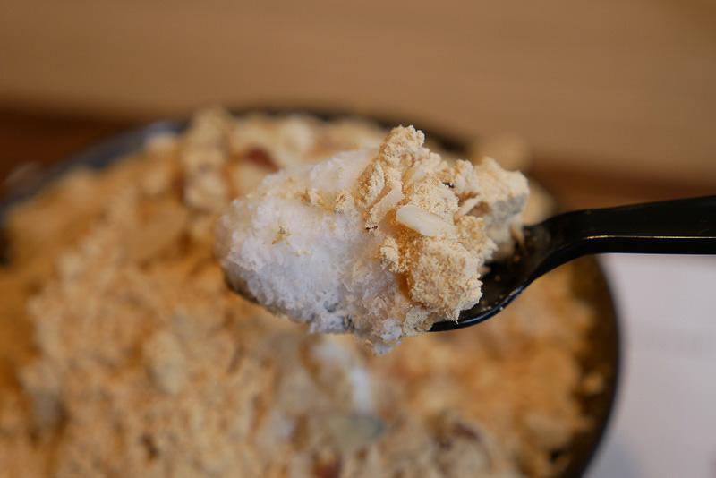 練乳の甘さにきな粉の香ばしさが加わり、きな粉餅の軟らか食感、アーモンドスライスのカリカリ食感との対比が非常に楽しく、まさしく新食感だ
