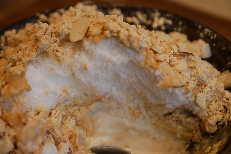 かき氷はミルクを混ぜてほんのりとした甘さがある。また、練乳ときな粉、かき氷を層のように重ねることで、常に一定の味わいを楽しめるようになっている