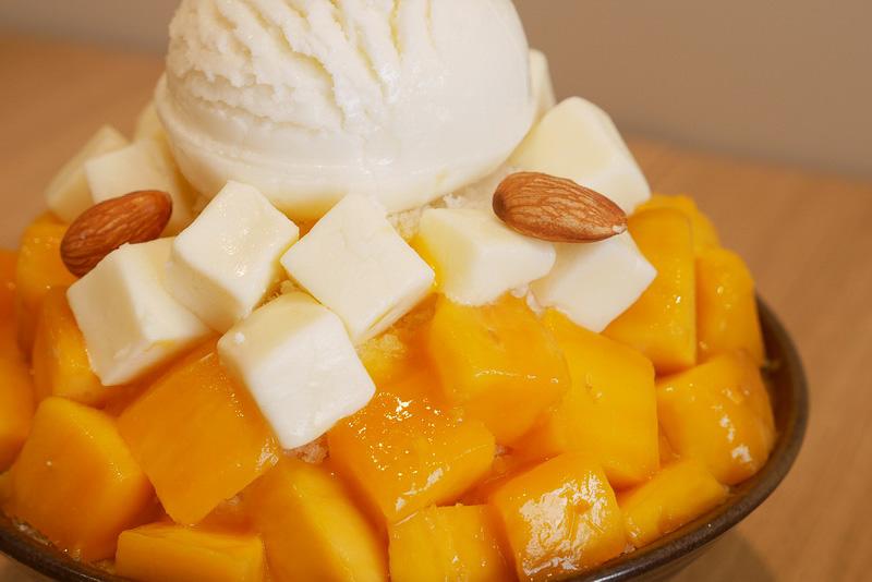 たっぷりのマンゴー果肉と白いチーズケーキが、ミルク味のかき氷とよく合うという