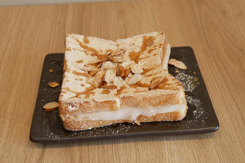 餅を挟んだトーストという、こちらも新食感のホットメニュー「きな粉餅トースト」(550円)