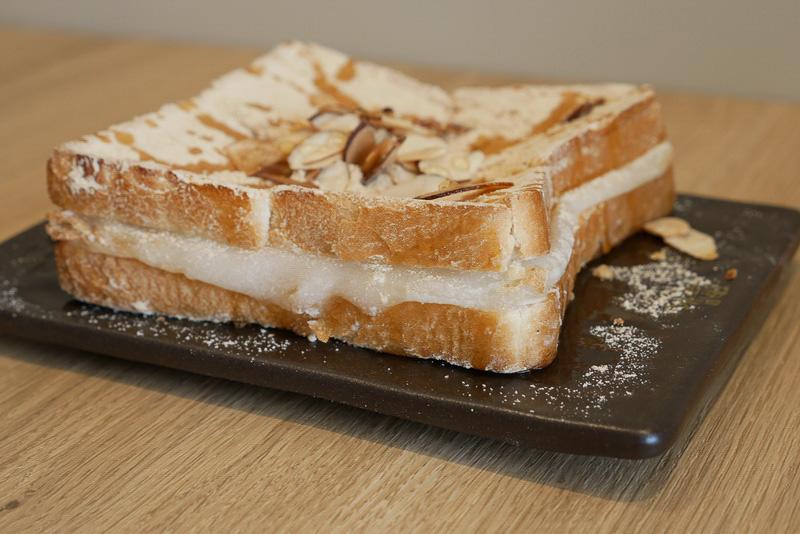 食パンで餅を挟んでトーストし、きな粉とハチミツ、アーモンドスライスをトッピング。食べ応えもありそうだ