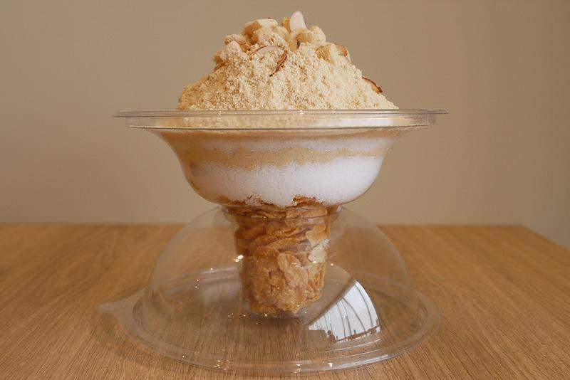 持ったままで食べられる専用の容器を使い、下部には溶けないようにシリアルが入れられている