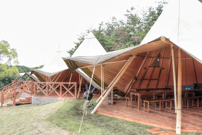 テントの中はラグジュアリーなリビング空間となっている「パーティーテント」は、日本初登場の巨大ティピテントを連結することにより、最大200名までのガーデンBBQパーティーの開催が可能
