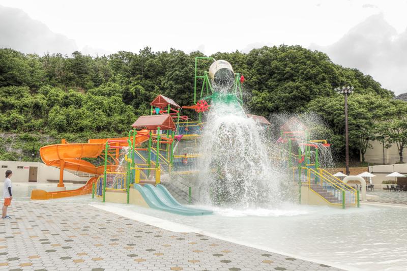 """水の要塞はスライダーなども備えた""""水遊び""""場。小さな子供でも危険のないよう水深は30cm程度とのことだが、2トンの水が降り注ぐ瞬間は迫力がある"""