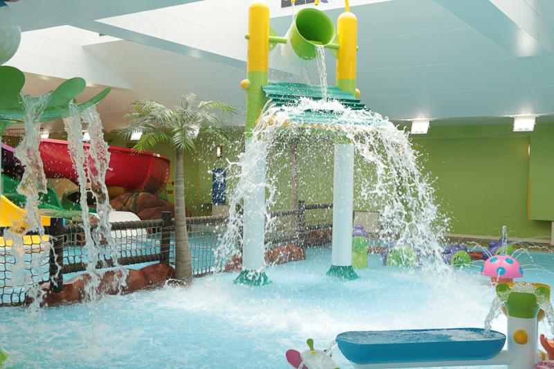 これが室内プールのジャバジャバ。親子で滑れるワイドスライダーを中心に、何回でも滑りたくなるミニスライダーを左右に設置し、子どもたちが次第に水と仲良くなっていけるように考えてあるとのこと