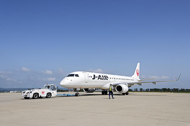 仙台空港を出発するE190型機