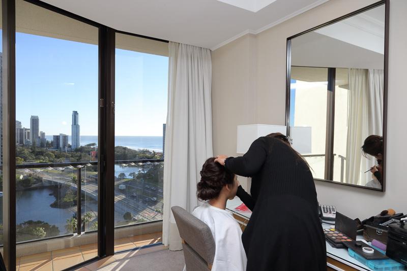 滞在先のホテルに美容師が訪問して、ヘアセットやメイクを行なってくれる