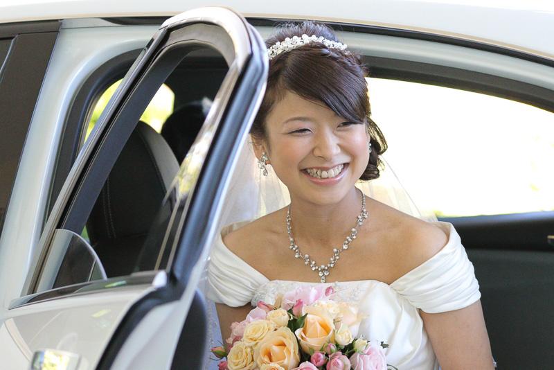送迎車に乗って新郎新婦がチャペルに到着。送迎車を降りる瞬間から撮影タイム。さまざまなカットを撮影する